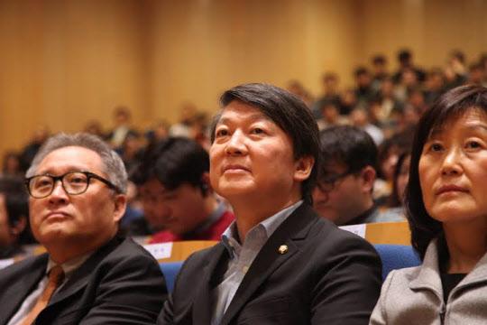 안철수 국회의원이 24일 서울 연세대학교에서 열린 페이팔 공동 창업자 피터 틸의 강연을 듣고 있다. /강한웅 인턴기자