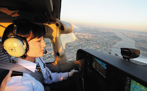 울진비행교육훈련원에서 여성 훈련생이 비행 훈련을 하고 있다.