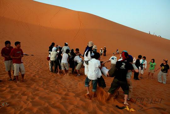 사하라 사막 한 가운데서 기마전