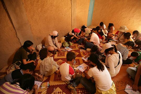 베르베르 초등학교에서 일일교사 활동을 진행하는 모습