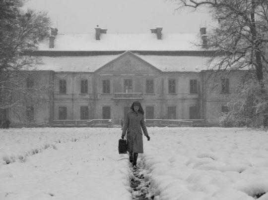 수녀원에서 정적인 생활을 하다가 유일한 혈육인 이모를 만나기 위해 수녀원을 나서는 이다(아가타 트르제부초우스카). 그녀의 앞에 충격적인 일들이 기다리고 있다.