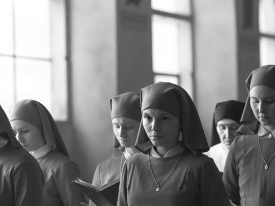 가족사의 슬픈 과거를 응시한 세속에서의 시간을 뒤로 하고 다시 수녀원에 돌아온 이다(아가타 트르제부초우스카). 그녀에겐 깨달음으로 삶을 새롭게 시작하게 된 사람의 여유 같은 게 느껴진다.