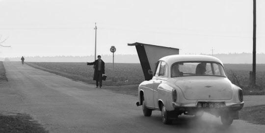 수녀원을 나와 혈육과 고향을 찾아 길을 떠났던 이다(아가타 트르제부초우스카)는 히치하이킹 하는 남자를 차에 태운다. 그녀는 수십 년 간의 금욕 생활 중엔 상상할 수 없던 체험도 하게 된다.