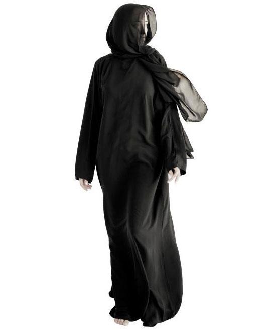 무슬림 여성이 전신을 가리는 의복 '아바야(Abayah)'를 입은 모습.