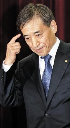 이주열 한국은행 총재는 작년 4월 취임 후 총 11번의 금융통화위원회를 주재했고, 두 번만 금리를 인하했다. 전임자인 김중수 전 총재는 무려 15개월간 금리를 동결하기도 했다. 사진은 이 총재가 취임식에서 취임사를 마친 직후 모습