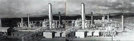 국내 원유 정제 시설로는 처음으로 1964년 가동에 들어간 SK이노베이션 울산 공장의 가동 초기 전경(全景).
