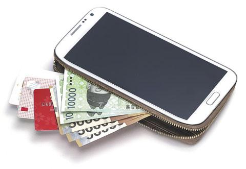 찍느냐(앱카드) 對 갖다대느냐(모바일카드·삼성페이)… 스마트폰 결제 전쟁