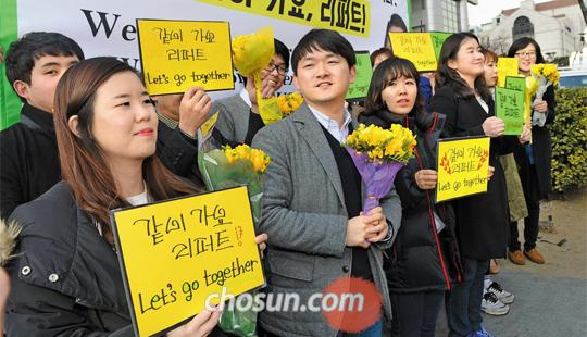 """""""같이 가요, 리퍼트"""" 쾌유 기원 - 마크 리퍼트 주한 미 대사가 입원 중인 서울 신촌세브란스병원 앞에서 '청년이 여는 미래' 단체 회원들이 6일 리퍼트 대사의 쾌유를 바라는 집회를 갖고 있다"""