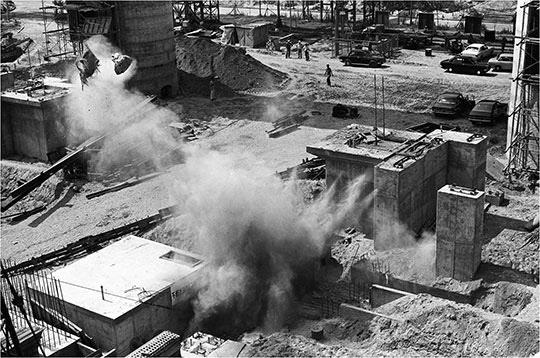80%나 진척됐지만 부실한 면을 발견하고 다시 짓기 위해 송풍발전소 공사현장을 폭파하는 모습.