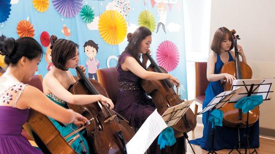 지난달 12일 삼성서울병원 암병동에서 이노비 자원봉사 연주자 (왼쪽부터) 김인하, 우미영, 이태인, 이윤하씨가 첼로공연을 하는 모습.