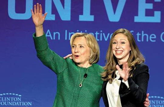 장관 재임 시 개인 이메일 계정을 사용한 것으로 알려져 논란이 된 힐러리 클린턴(왼쪽) 전 미국 국무장관이 지난 7일 플로리다주 마이애미대학에서 열린 콘퍼런스에 참석해 딸 첼시(오른쪽)와 함께 관중을 향해 손을 흔들고 있다.
