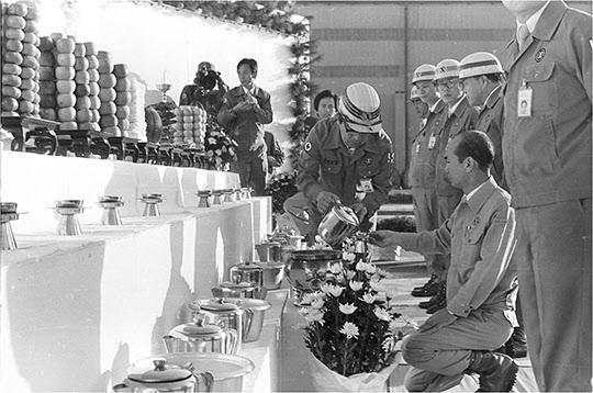 1978년 포철 정문 앞에서 추석 차례를 올리는 박태준 사장.