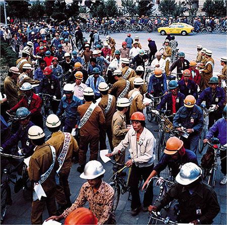 직원들이 추석 반납 캠페인을 진행하는 모습