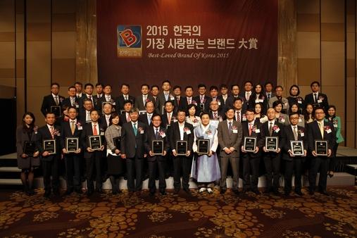 '2015 한국의 가장 사랑받는 브랜드 대상'에 선정된 기업과 기관 대표들이 26일 오전 서울 중구 밀레니엄서울힐튼호텔에서 열린 시상식에서 기념 촬영을 했다. /조선비즈DB