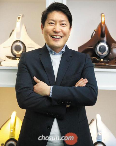 레이캅코리아 이성진 대표가 서울 여의도동 서울지점에서 제품 앞에 선 채 환하게 웃고 있다.