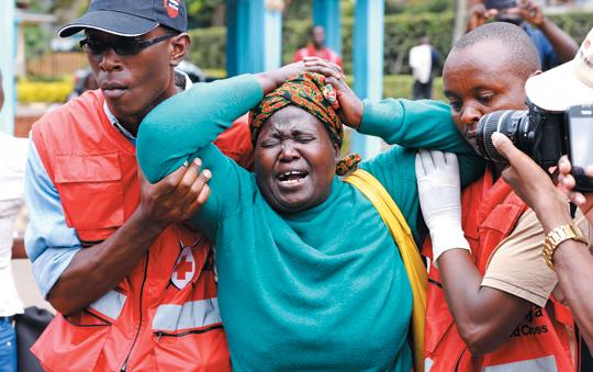 3일 이슬람 극단주의 무장단체 '알샤바브'의 테러로 목숨을 잃은 케냐 대학생의 어머니(가운데)가 오열하고 있다. 적십자사 직원이 그를 양쪽에서 부축하며 위로하고 있다. 알샤바브는 2~3일 북동부 도시 가리사의 가리사 대학교를 급습해 학생 등 147명을 살해했다. 희생자 대부분은 기독교인이었다고 BBC방송이 보도했다.