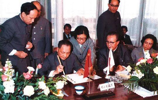 1978년 10월 26일 덩샤오핑이 일본 기미츠제철소에서 방명록을 쓰고 있다./신일철주금(전 신일본제철) 홍보실 제공