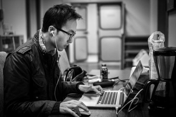 """이지수는 """"영화음악은 영상과 음악이 정확히 맞아 들어가도록 컴퓨터로 먼저 작곡한다""""고 했다./마이스터 뮤직 제공"""