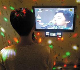 7일 서울 홍익대 인근 동전노래방을 찾은 한 취업준비생(23)이 애창곡을 열창하고 있다.