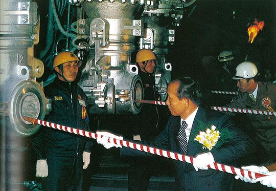 포항제철 550만 톤 준공식에서 3고로에 화입하는 박정희 대통령과 박태준 사장.