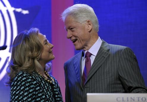 힐러리 클린턴 전 국무장관(왼쪽)이 2012년 클린턴 글로벌 이니셔티브(Clinton Global Initiative)재단 주최 행사에 남편 빌 클린턴 전 미국 대통령과 함께 모습을 드러냈다. /블룸버그 제공