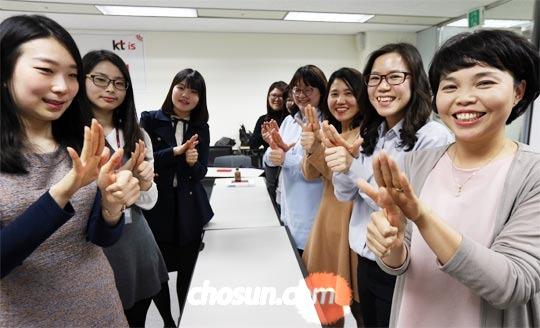 16일 케이티스 사내 수화 모임 회원들이 서울 용산지사에 모여 수화를 연습하고 있다.