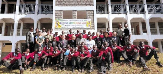 지난달 개교한 '류지선 스쿨'의 신입생과 교사들 사진