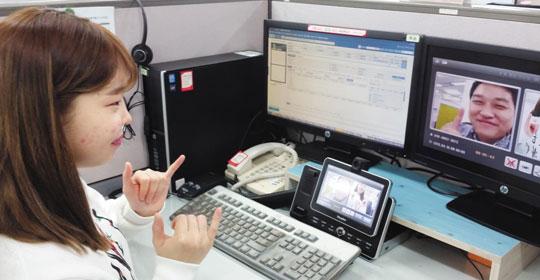 롯데카드 콜센터는 언어, 청각 장애인을 위한 수화 상담 서비스를 제공해 좋은 반응을 얻고 있다.