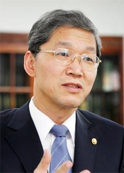 김도연 신임 총장은 자기 주장을 강조하기보다는 주변과 부하 직원의 의견을 충분히 수렴하는 '부드러운 리더십'을 갖고 있다는 평가를 받고 있다.