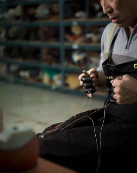 금강제화에서 근무하는 한 구두 장인이 손으로 구두를 만들고 있다. /금강제화 제공