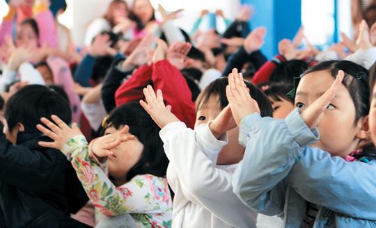 지난 18일 성내초등학교 1학년 학생 200명이 성폭력 예방 인형극을 보고있다.