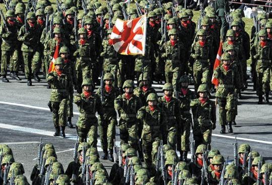 미·일 외교·국방장관이 27일 워싱턴에서 일본 자위대가 세계를 상대로 전쟁 행위나 평화 유지 활동을 할 수 있도록 하는 내용을 담은 새로운 '미·일 방위협력지침'에 합의했다. 사진은 2013년 자위대원들이 일본 도쿄에서 퍼레이드하는 장면.