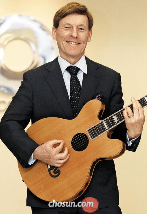 27일 서울 중구 맥쿼리코리아 사무실에서 존 워커 회장이 기타 연주를 하고 있다.