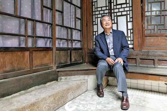 지난 28일 시인 마종기가 미국으로 떠나기 전 살았던 서울 명륜동 집을 근 50년 만에 다시 찾아 옛 모습 그대인 집 안을 둘러보며 감회에 젖어 있다. 이 집은 우리나라 아동문학 개척자인 아버지 마해송과의 추억이 서려 있는 곳이다. 시인이 앉아 있는 툇마루는 대학생 시절 아버지와 함께 밝은 달빛 아래 건넛집 지붕에 피어 있는 흰 박꽃을 바라보던 곳이었다.