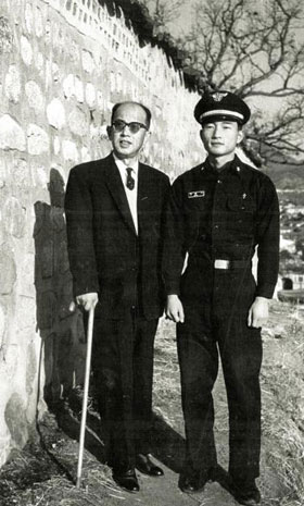1965년 마종기(오른쪽)가 공군 군의관으로 근무하고 있을 당시, 서울 명륜동 집 근처에서 아버지 마해송과 찍은 사진.