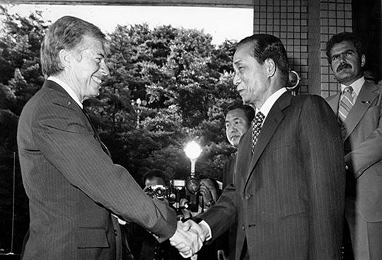 1979년 6월 30일 박정희 대통령이 정상회담 차 방문한 지미 카터 미국 대통령과 악수하고 있다. /조선일보DB