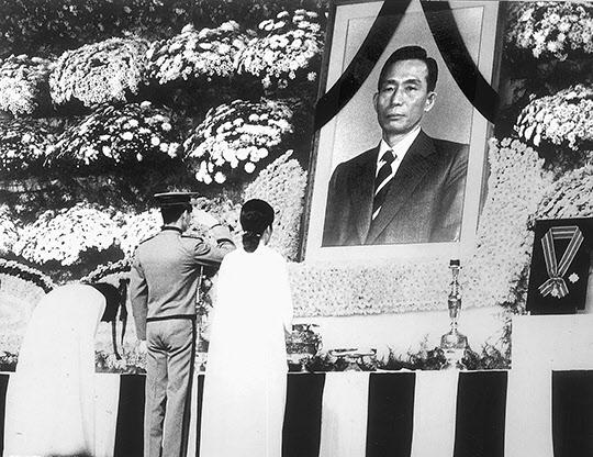 박정희 대통령의 삼남매가 영정에 묵념하고 있다.