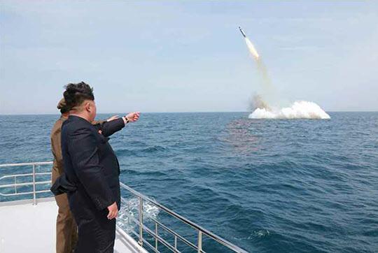 북한 김정은이 전략잠수함 탄도탄수중시험발사를 참관했다고 노동신문이 9일 보도했다./조선일보DB