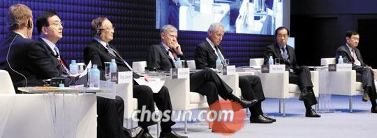 19일 '종전 70주년: 평화와 번영의 리더십' 세션에서 참석자들이 토론을 하고 있다.