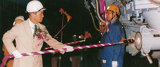 광양제철소 4고로에 화입 하는 박태준 회장(1992년 9월 25일). 이로써 '철강 2100만 톤 시대'를 열었다.