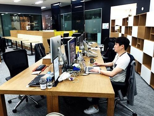 윤동희 아씨오 대표가 캠퍼스 서울 입주 기업 공간에서 업무를 하고 있다./박원익 기자