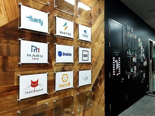 구글 캠퍼스 서울 입주사들의 이름이 한쪽 벽면에 걸려 있다./박원익 기자