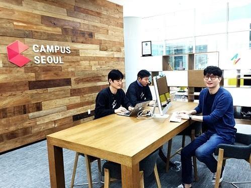구글 캠퍼스 서울 입주해 있는 원티드의 공동 창업자들이 회의를 하고 있다./박원익 기자