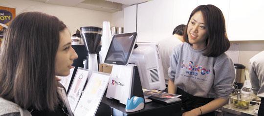 지난달 한국외대 인근에 오픈한 베브릿지 2호점에서 한 외국인 유학생이 주문을 하고 있다.