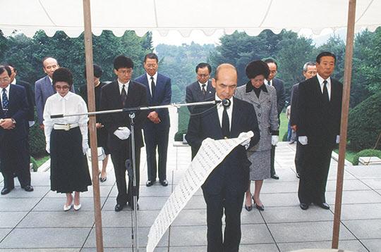1992년 10월 3일, 박정희 대통령 유택 앞에서 임무완수 보고를 올리는 박태준 회장.