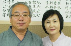 남편 이응문(왼쪽)에 이어 2년 과정의 주역 원전 강의에 나서는 부인 오금지씨.
