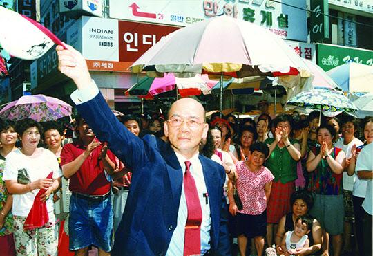 1997년 7월 포항 북구 국회의원 보궐선거에 승리하여 시민들에게 인사를 하는 '국회의원' 박태준.
