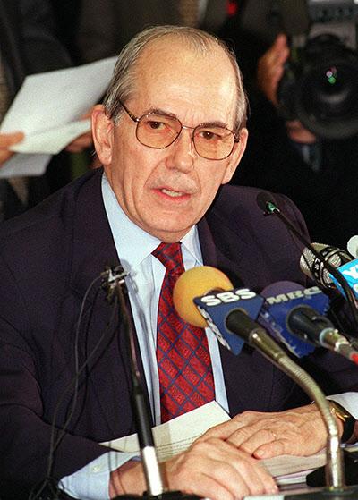 미셸 캉드쉬 IMF 총재가 1997년12월3일 오후 세종로청사에서 내외신 보도진들이 지켜보고 있는 가운데 국제통화기금(IMF) 긴급자금지원 최종협상 결과를 발표하고 있다. /조선일보DB