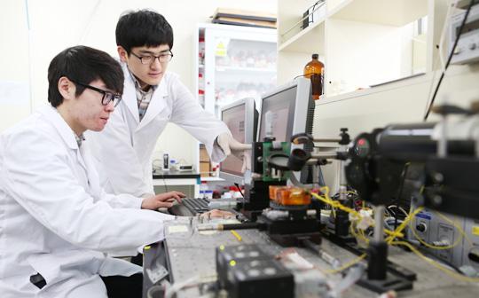 '2015 아시아 대학 평가' 특성화 대학 그룹에서 아시아 1위를 차지한 포스텍의 실험실에서 학생들이 연구 결과를 모니터링하고 있다.