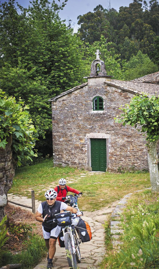지난 9일 산티아고 순례길 마지막 20㎞ 지점의 작은 성당 앞을 이탈리아인들이 자전거를 끌고 지나고 있다.
